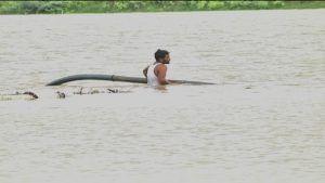 yadgir rain farmer takes away pump set from inundated agriculture field in kollur village yadgir district krishna river