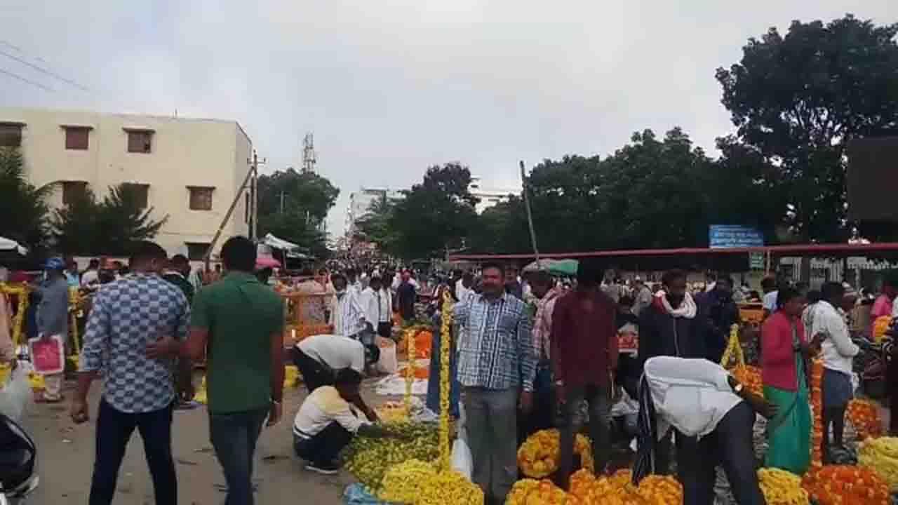 Ayudha Puja: ರಾಜ್ಯಾದ್ಯಂತ ಆಯುಧ ಪೂಜೆ ಸಂಭ್ರಮ, ತುಂಬಿ ತುಳುಕುತ್ತಿವೆ ಮಾರುಕಟ್ಟೆಗಳು